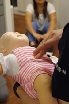 乳児のマネキン 心臓マッサージは指で行う かなりの緊張